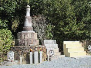合祀墓(仏塔)と戒名碑