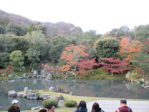 紅葉のころの天龍寺名庭『曹源池』