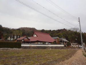 黒豆畑に囲まれた茅葺きトタン屋根が目印です