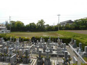 のどかな田園に囲まれた墓地