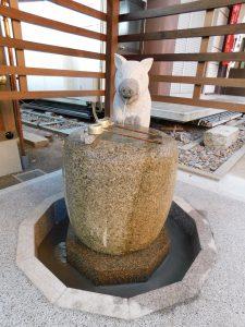新しくお目見えした護王神社・手水舎のイノシシ石造