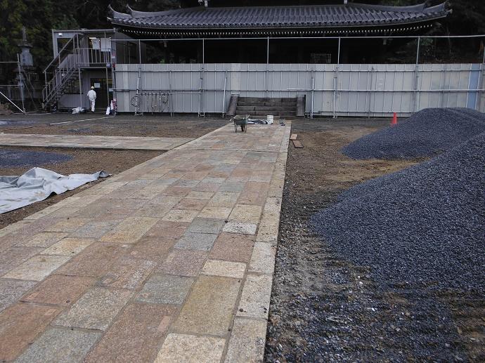 芳村石材店が手掛けた寺院の石畳