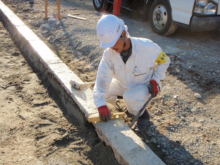 石畳の施工作業のようす