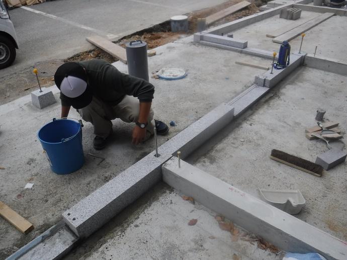 建物の土台となる敷居石を据えている様子